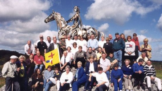 Image of O'Donnell Clan members in front of sculpture of horse