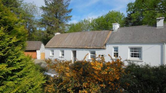 Image of a thatched cottage in Donegal.